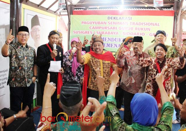 JAWA TIMURAN: Seniman campursari unjuk aksi tembang-tembang Jawa Timuran usai deklarasi dukungan untuk Khofifah-Emil, Minggu (6/5). | Foto: Barometerjatim.com/ROY HASIBUAN