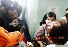 SERBU KANTOR SIPOA: Korban apartemen bodong Sipoa menyerbu kantor PT KJS, Sipoa Group, Jumat (11/5) malam. | Foto: Barometerjatim.com/ABDILLAH HR