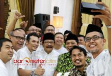 JAGA KEBERSAMAAN: Gubernur Soekarwo foto bersama sejumlah impinan media di Jatim usai buka puasa bersama di Gedung Negara Grahadi Surabaya, Sabtu (26/5) malam. | Foto: Barometerjatim.com/ABDILLAH HR