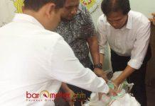TANDUK RUSA: Anggota Sat Reskrim Polres Pelabuhan Tanjung Perak Surabaya mengamankan dua tanduk rusa, Senin (28/5). | Foto: Barometerjatim.com/NANTHA LINTANG