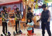 PATROLI DI MALL: Tim Srikandi Polrestabes Surabaya menggelar patroli di pusat perbelanjaan Surabaya, Senin (28/5). | Foto: Barometerjatim.com/NATHA LINTANG