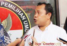 DICECAR MEDIA: Tony Wijaya, ekspresi dan suaranya agak meninggi saat dicecar MEDIA terkait dasar Panwaslu keluarkan rekomendasi. | Foto: Barometerjatim.com/ABDILLAH HR