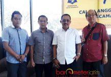 LANGGAR ATURAN KAMPANYE: Ketua DPRD Surabaya, Armuji (dua dari kanan) melanggar aturan kampanye dengan memanfaatkan rumah dinas. | Foto: Barometerjatim.com/DOK