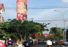 MASIH TERPASANG DI MASA TENANG: Hari kedua masa tenang Pilgub Jatim, Senin (25/6) baliho bergambar paslon di Bratang Binangun, Surabaya, belum diturunkan. | Foto: Barometerjatim.com/WIRA HARLIJADI