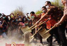 PEMUSNAHAN: Ditreskrimsus Polda Jatim memusnahkan 70,7 ton bawang bombai ilegal asal India, Jumat (30/6). | Foto: Barometerjatim.com/NATHA LINTANG