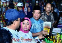 SIDAK PASAR: Bupati Fadeli dan Wabup Kartika Hidayati saat sidak di Pasar Sidoharjo, Kecamatan Lamongan, Senin (11/6). | Foto: Barometerjatim.com/HAMIM ANWAR