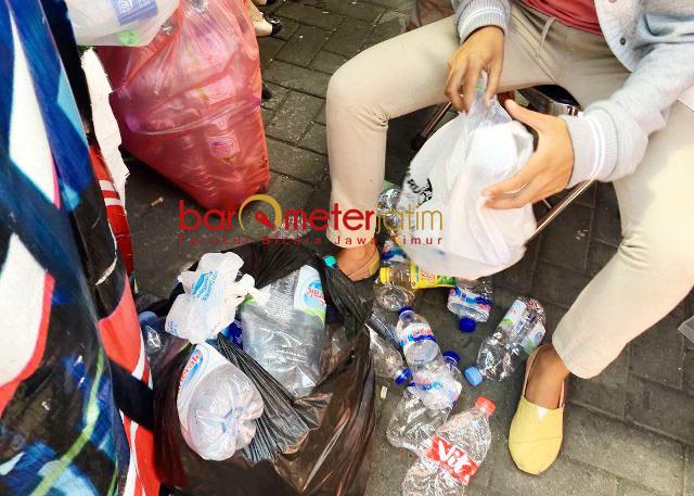 SAMPAH BOTOL PLASTIK: Petugas menata sampah botol pastik dari penumpang Bus Suroboyo. | Foto: Barometerjatim.com/WIRA HARLIJADI