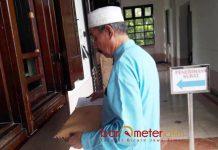 KECEWA LAYAKAN PUBLIK PEMKOT: Cak Anam saat mendatangi Balai Kota Pemkot Surabaya. Layanan Pemkot Surabaya jelek sekali. | Foto: Barometerjatim.com/ROY HASIBUAN