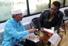 'DEMO' KE PEMKOT SURABAYA: Cak Anam (kiri) saat diterima pegawai Pemkot Surabaya. Berbulan-bulan surat permohonan ke Risma tak digubris. | Ilustrasi: Barometerjatim.com/ROY HASIBUAN