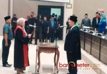 KETUA DPRD LAMONGAN: Debby Kurniawan dilantik menjadi ketua DPRD Lamongan menggantikan Kaharudin, Rabu (6/6) malam. | Foto: Barometerjatim.com/HAMIM ANWAR
