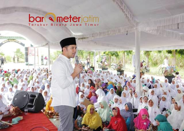 HALAL BI HALAL MUSLIMAT NU: Emil Dardak berpidato di cara halal bi halal Muslimat NU Kabupaten Kediri, Kamis (21/6).   Foto: Barometerjatim.com/ROY HASIBUAN