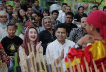 KOMUNITAS BUDAYAWAN: Emil Dardak ditemani istrinya, Arumi Bachsin menghadiri kegiatan buka bersama dengan komunitas Budayawa Jatim di Surabaya, Kamis (7/6). | Foto: Barometerjatim.com/ROY HASIBUAN