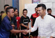 SAPAAN HANGAT: Emil Dardak menyapa remaja warga Teluk Prigi di Kecamatan Watulimo, Trenggalek, Sabtu (9/6).   Foto: Barometerjatim.com/ROY HASIBUAN
