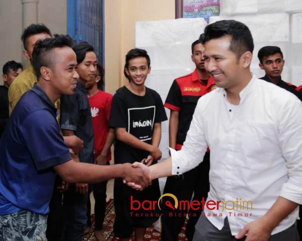 SAPAAN HANGAT: Emil Dardak menyapa remaja warga Teluk Prigi di Kecamatan Watulimo, Trenggalek, Sabtu (9/6). | Foto: Barometerjatim.com/ROY HASIBUAN