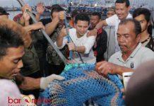 EMIL BERSAMA NELAYAN PRIGI: Emil Dardak bersama nelayan saat membongkar hasil tangkapan ikan di TPI Prigi, Trenggalek, Sabtu (9/6).   Foto: Barometerjatim.com/ROY HASIBUAN