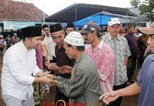SAMBUTAN HANGAT WARGA: Emil Dardak disambut hangat warga Dampit, Malang, Senin (11/6). | Foto: Barometerjatim.com/ROY HASIBUAN