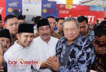 RM BEBEK SINJAI: Susilo Bambang Yudhoyono (SBY) dan Emil Dardak serta tokoh Madura saat mampir di rumah makan Bebek Sinjai Bangkalan, Selasa (19/6). | Foto: Barometerjatim.com/ROY HASIBUAN