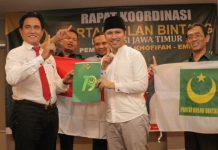 DUKUNGAN PBB: Ketum DPP PBB, Yusril Ihza Mahendra menyerahkan dukungan yang diterima Cawagub Emil Dardak di Surabaya, Rabu (6/6). | Foto: Barometerjatim.com/NATHA LINTANG