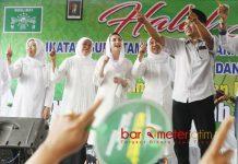 DUKUNGAN GURU PAUD: Khofifah didampingi Arumi Bachsin bersama guru PAUD dan TK Muslimat NU se-Kabupaten Blitar, Rabu (20/6). | Foto: Barometerjatim.com/MARIJAN AP