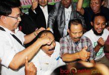 NAZAR CUKUR GUNDUL: Haji Masnuh (kiri) 'mengeksekusi' nazar cukur gundul pendukung Khofifah-Emil usai memenangi Pilgub Jatim. | Foto: Barometerjatim.com/ABDILLAH HR