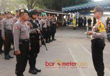 SIAGA PENUH: Kapolres Gresik, AKBP Wahyu S Bintoro saat melepas 60 personel pengamanan Pilgub Jatim ke pulau Bawean. | Foto: Barometerjatim.com/DIDIK HENDRIYONO