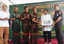 PENYERAHAN ASET: Kajati Jatim, Sunarta (kanan) menyerahkan aset Pemkot Surabaya kepada Wali Kota Tri Rismaharini, Selasa (5/6). | Foto: Foto Barometerjatim.com/ABDILLAH HR