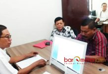 PEMERIKSAAN TERLAPOR: Ketua PPDI Lamongan, Hartono saat dimintai keterangan oleh staf Panwaslu Lamongan, Selasa (5/6). | Foto: Foto Barometerjatim.com/HAMIM ANWAR