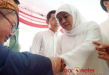 KHOFIFAH NYOBLOS: Cagub Khofifah menggunakan hak pilihnya di TPS 16 Jemur Wonosari, Surabaya, Rabu 27/6). | Foto: Barometerjatim.com/ROY HASIBUAN