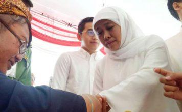 KHOFIFAH NYOBLOS: Cagub Khofifah menggunakan hak pilihnya di TPS 16 Jemur Wonosari, Surabaya, Rabu 27/6).   Foto: Barometerjatim.com/ROY HASIBUAN