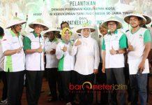 IBU PETANI JATIM: Khofifah dinobatkan HKTI sebagai Ibu Petani Jatim di secara pelantikan pengurus DPK HKTI se--Jatim di Graha Sativa, Bulog Jatim, Surabaya (10/6). | Foto: Barometerjatim.com/MARIJAN AP