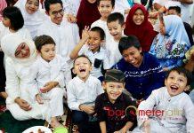 MOMEN IDUL FITRI: Cagub Khofifah berbagi kasih bersama anak-anak saat open house di kediamannya, Jemursari, Surabaya. | Foto: Barometerjatim.com/ROY HASIBUAN