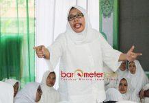 RISMA KURANG ADAB: Mariyam Baharuddin nilai Tri Rismaharini kurang adab. Membalas kebaikan Muslimat NU dengan sebut Khofifah sok pintar. | Foto: Barometerjatim.com/ROY HASIBUAN