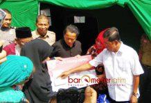 KORBAN KEBAKARAN PINRANG: Menteri Sosial, Idrus Marham menyerahkan bantuan untuk korban kebakaran di Pinrang, Sulawesi Selatan, Rabu (20/6). | Foto: Ist