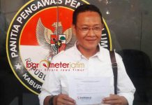 LAPORKAN GUS IPUL-PUTI: Muslih, melaporkan pasangan Gus Ipul-Puti atas dugaan pelanggaran kampanye di Lamongan. | Foto: Barometerjatim.com/HAMIM ANWAR