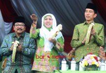 PAKDE KARWO BERSAMA KHOFIFAH: Khofifah Indar Parawansa bersama Presiden Jokowi dan Pakde Karwo saar Harlah Muslimat NU di Malang. | Foto: Barometerjatim.com/DOK