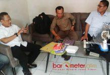 KECEWA REKOMENDASI PANWASLU: Muslih HS (kiri) bersama Khoirul Huda (kanan) saat mendatangi kantor Panwaslu Lamongan untuk menanyakan rekomendasi hasil laporannya. | Foto: Barometerjatim.com/HAMIM ANWAR