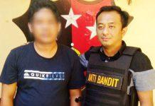 DITANGKAP POLSEK GENTENG: Pria asal Subang (kiri) ditangkap polisi karena dilaporkan menipu warga Surabaya lewat media sosial. | Foto: Barometerjatim.com/NANTHA LINTANG