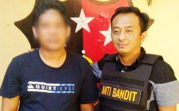 DITANGKAP POLSEK GENTENG: Pria asal Subang (kiri) ditangkap polisi karena dilaporkan menipu warga Surabaya lewat media sosial.   Foto: Barometerjatim.com/NANTHA LINTANG