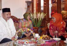 SOWAN KE KHOFIFAH: Jelang Pilwali Surabaya, Tri Rismaharini bersama Whisnu Sakti Buana saat sowan ke kediaman Khofifah di Jemursari, Surabaya, 14 Oktober 2015.   Foto: Barometerjatim.com/DOK