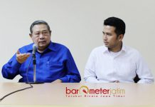KEKUATAN JOKOWI-SBY: Susilo Bambang Yudhoyono (SBY) dan Emil Dardak usai Apel Siaga Kader Partai Demokrat se-Jatim di Asrama Haji, Kota Madiun, Senin (18/6). | Foto: Barometerjatim.com/ROY HASIBUAN