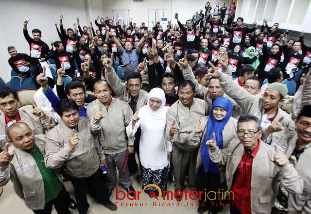 DUKUNGAN PEKERJA-BURUH SE-JATIM: Serikat pekerja dan buruh melakukan deklarasi dukungan untuk Khofifah-Emil di Hotel Sahid Surabaya, Sabtu (2/6) malam. | Foto: Barometerjatim.com/ROY HASIBUAN