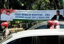 ULAH SIAPA?: Spanduk fitnah yang dipasang serentak di sejumlah kabupaten/kota di Jatim untuk mendiskreditkan Khofifah-Emil.   Foto: Barometerjatim.com/ROY HASIBUAN