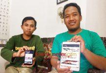 APLIKASI HEWAN KURBAN: Achmad Habib (kiri) menunjukkan aplikasi SmartQurban. Memudahkan konsumen dalam membeli hewan kurban. | Foto: Barometerjatim.com/WIRA HARLIJADI