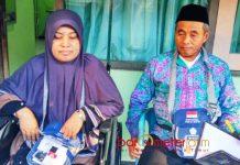 AKHIRNYA BERANGKAT HAJI: Atik Mistar bersama suaminya di Asrama Haji Embarkasi Sukolilo (AHES) Surabaya, Jumat (20/7). | Foto: Barometerjatim.com/NANTHA LINTANG