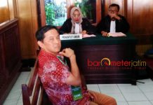 SIDANG TUNTUTAN: Bambang Poerniawan menjalani sidang tuntutan di PN Surabaya, Selasa (24/7).   Foto: Barometerjatim.com/ABDILLAH HR