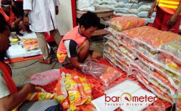 BERAS SASET 200 GRAM: Mempermudah daya beli masyarakat, Bulog Divre Jatim memproduksi beras kemasan saset 200 gram seharga Rp 2.500. | Foto: Barometerjatim.com/NANTHA LINTANG