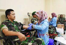 DONOR DARAH: Prajurit di wilayah teritorial Korem 084/Bhaskara Jaya menyumbangkan darahnya dalam baksos donor darah di Surabaya, Kamis (26/7). | Foto: IST