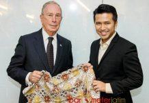 BATIK KHAS TRENGGALEK: Emil Dardak (kanan) memberi oleh-oleh Michael Bloomberg kain batik warna alam Trenggalek. | Foto: IST