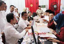 BACALEG GERINDRA: Pengurus DPD Partai Gerindra Jatim mendaftarkan Bacalegnya ke KPU Jatim di hari terakhir pendaftaran, Selasa (17/7) malam . | Foto: Barometerjatim.com/ROY HASIBUAN