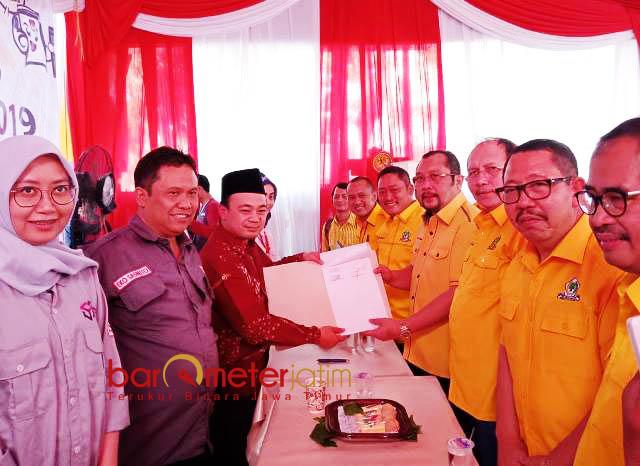 DAFTARKAN BACALEG: Sahat Tua Simanjuntak didampingi pengurus Golkar Jatim menyerahkan berkas pendaftaran Bacaleg ke KPU Jatim, Selasa (17/7). | Foto: Barometerjatim.com/ABDILLAH HR